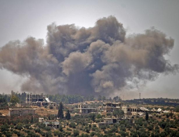 28.jun.18 - Fumaça sobre o céu de Daara, após bombardeios do governo sírio - Mohamad Abazeed/AFP