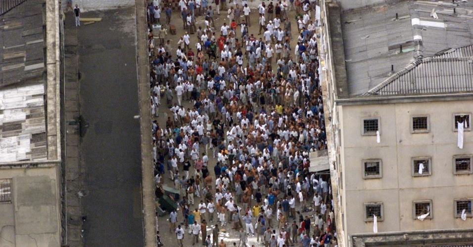 30.ago.2018 -- Foto de 18 de fevereiro de 2001: Vista aérea da rebelião na Casa de Detenção do Carandiru, em São Paulo (SP), onde presos, que mantinham visitantes como reféns, protestaram contra a transferência de líderes do PCC