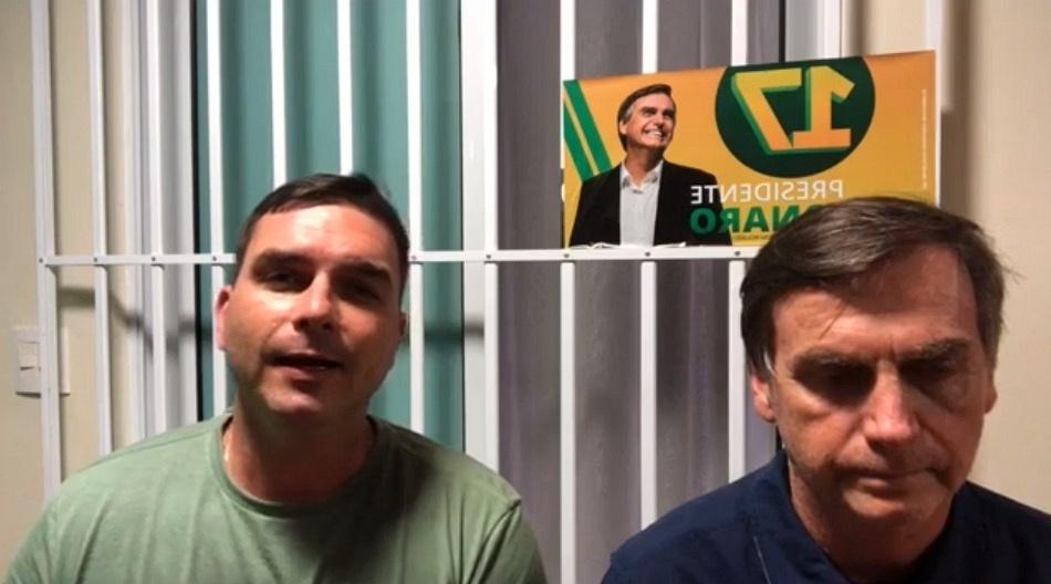 26.out.2018 - Ao lado do filho Flávio, o candidato a presidente Jair Bolsonaro (PSL) participa de live pelo Facebook