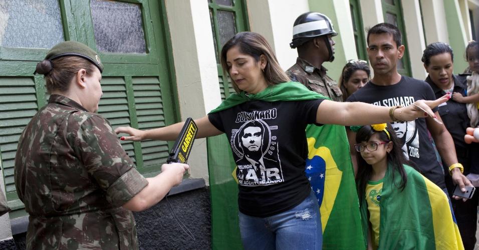 28.out.2018 - Eleitores sendo revistados na Vila Militar, no Rio de Janeiro, onde o candidato Jair Bolsonaro (PSL) vota