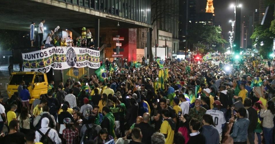 28.out.2018 Eleitores de Jair Bolsonaro fecham os dois sentidos da avenida Paulista para celebrar o resultado das urnas
