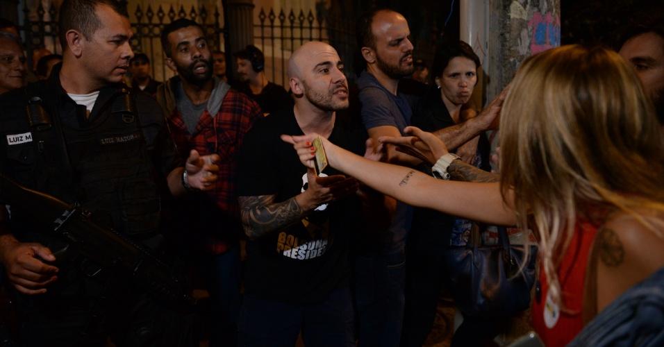 28.out.2018 - Um pequeno grupo de apoiadores do presidente eleito, Jair Bolsonaro (PSL), entrou em confronto com frequentadores da Praça São Salvador, no Rio de Janeiro