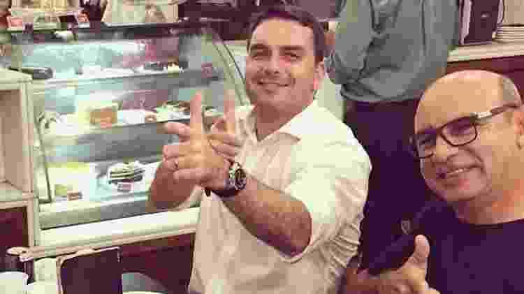 Flávio Bolsonaro e o ex-assessor Fabrício Queiroz - Reprodução