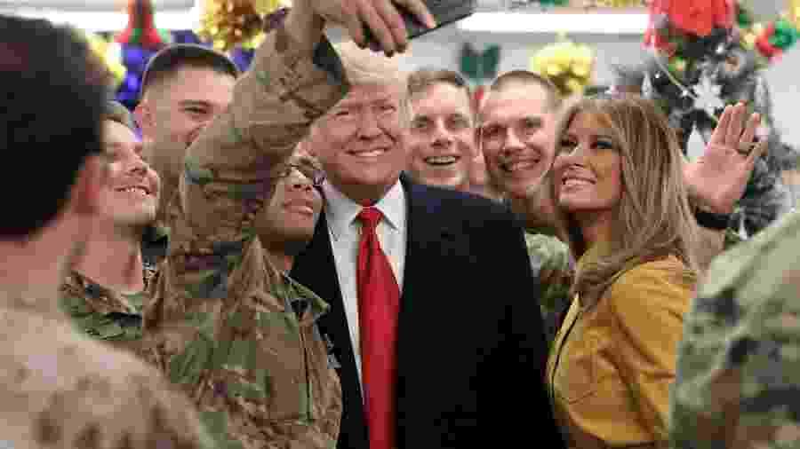 O presidente dos EUA, Donald Trump, e a primeira-dama Melania Trump, fazem visita surpresa à Base Aérea Al Asad, no Iraque - Jonathan Ernst /Reuters