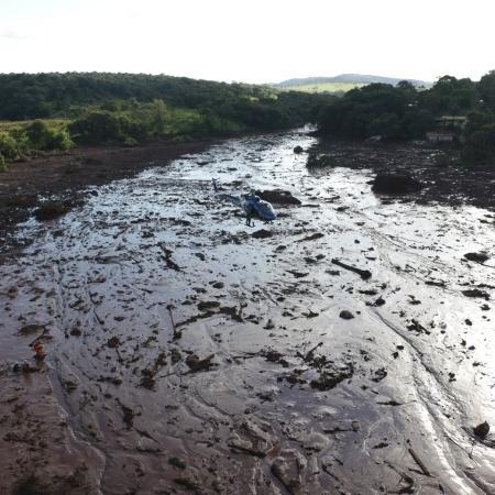 27.jan.2019 - Helicóptero sobrevoa região atingida pelo rompimento de uma barragem de rejeitos de minério em Brumadinho (MG) - Polícia Militar de Minas Gerais