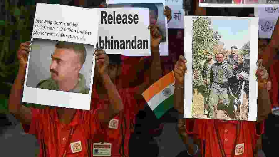 28.fev.2019 - Estudantes indianos pedem por uma rápida liberação do piloto da Força Aérea da Índia, Abhinandan Varthaman, em uma escola em Ahmedabad - SAM PANTHAKY / AFP