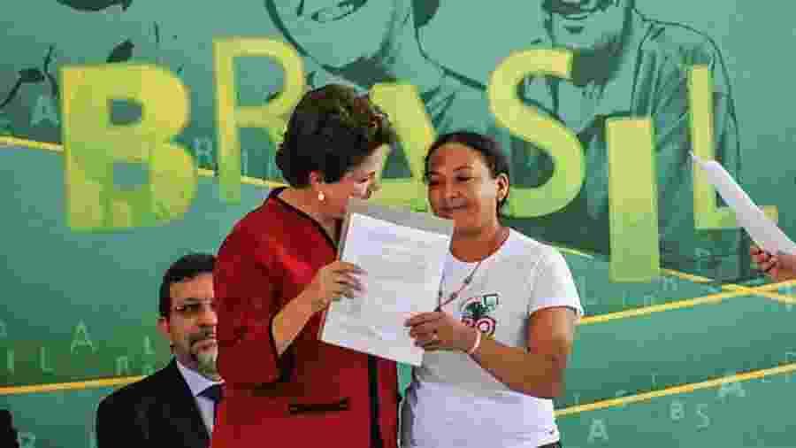 Coordenadora do MAB, Dilma Ferreira Silva entrega documento à presidente Dilma Rousseff durante cerimônia em Brasília em, 2011 - Divulgação/2011