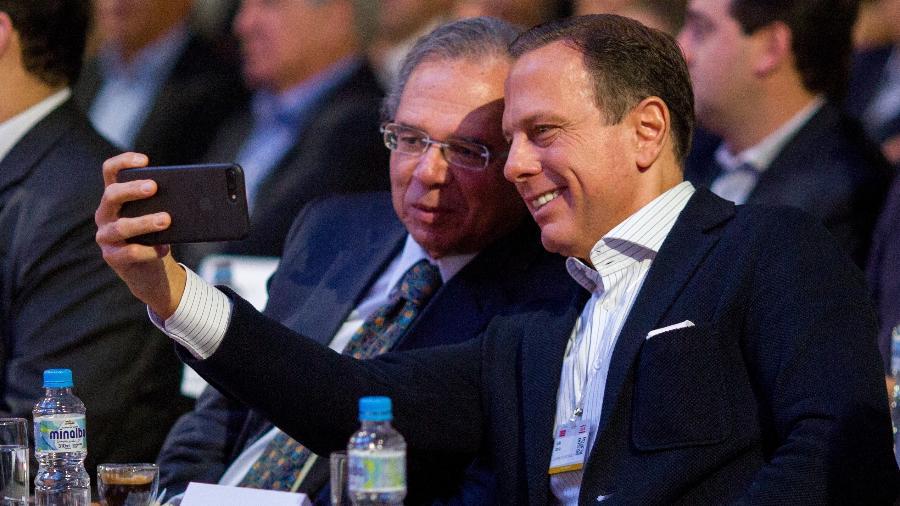 5.abr.2019 - O ministro da Economia, Paulo Guedes, e o governador de São Paulo, João Doria, durante o 18º Fórum Empresarial Lide, em Campos do Jordão (SP) - Suamy Beydoun/Agif/Estadão Conteúdo