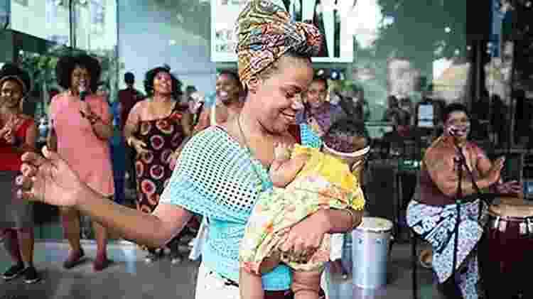 Maitê Freitas, mãe de uma bebê de quatro meses, já pegou o celular assim que ela nasceu - Divulgação/Ariel Martini