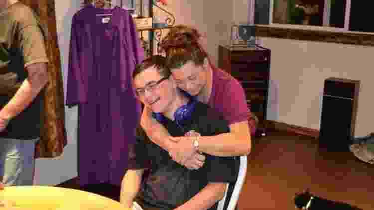 Lynette Hazzard com o filho Justen: 'Sinto que ele ainda está vivo, vivendo através dos outros' - Lynette Hazzard/BBC - Lynette Hazzard/BBC