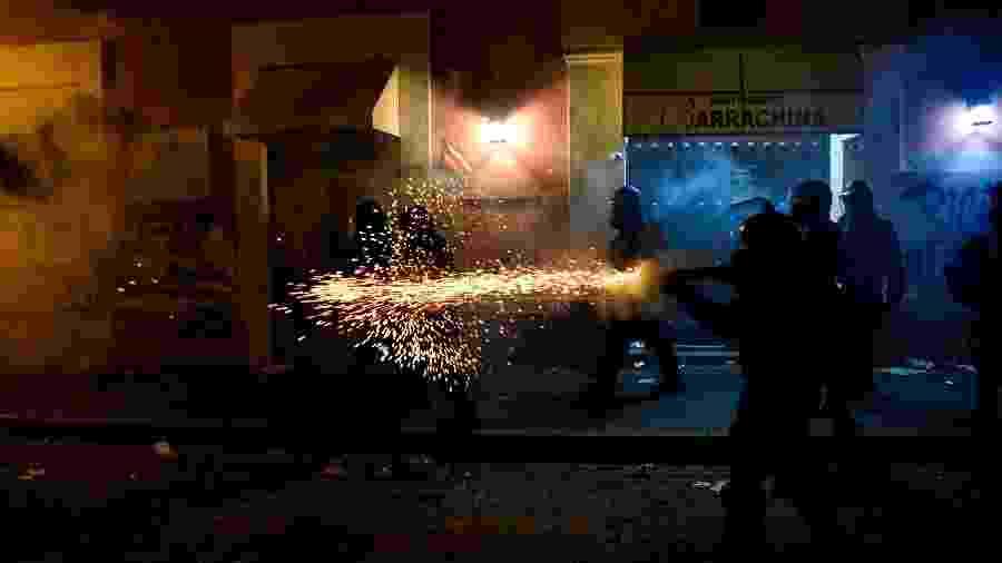 17.jul.219 - Polícia dispara contra manifestantes durante protestos que pediam a renúncia do governador Ricardo Rossello em San Juan, Porto Rico - Gabriella N. Baez/Reuters