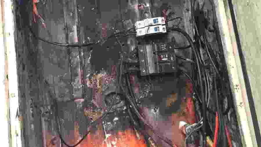 Foto tirada por preso com celular emprestado por juiz mostrava caixa de força chamuscada após explosão - Divulgação/TJ-SC