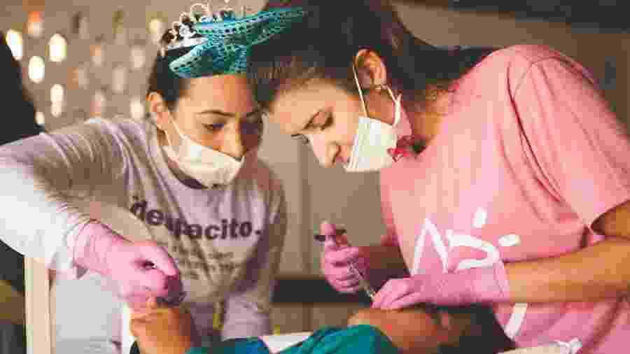 A dentista Amanda Rocha é voluntária do Barco Sorriso, projeto voluntário que leva atendimentos odontológicos gratuitos a comunidades isoladas no litoral do Paraná - Divulgação