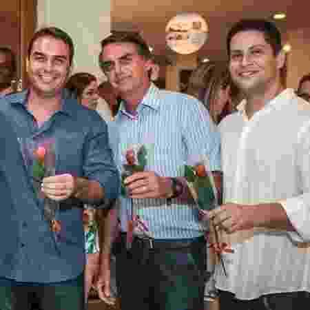 Flávio e Jair Bolsonaro na inauguração da franquia da Kopenhagen, ao lado de Alexandre Santini - Reprodução/internet