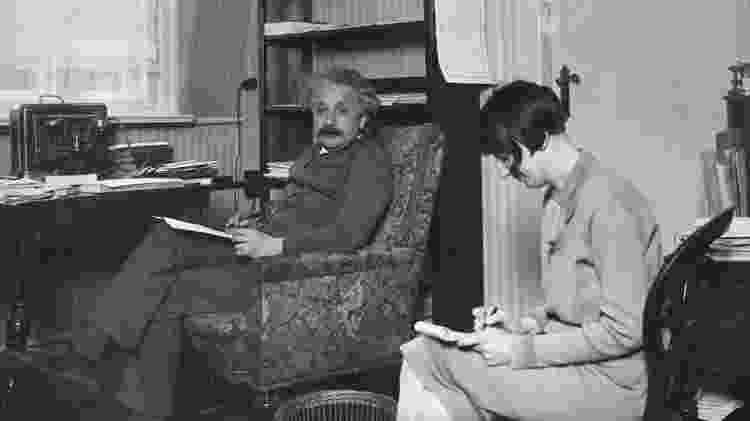 Einstein com sua secretária em seu escritório por volta de 1930 - Getty Images via BBC - Getty Images via BBC