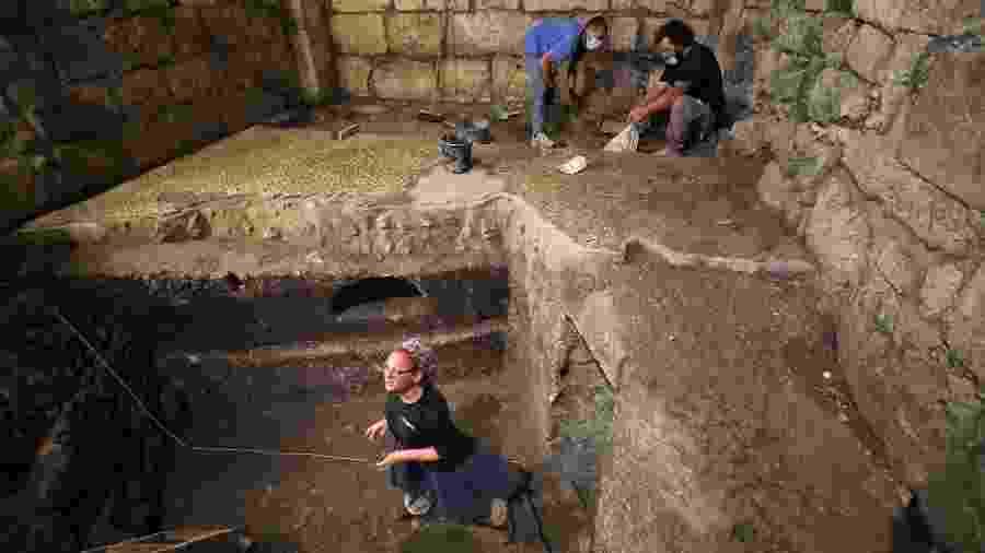 Três cômodos sucessivos foram descobertos durante a escavação de uma estrutura de 1.400 anos de idade - MENAHEM KAHANA / AFP