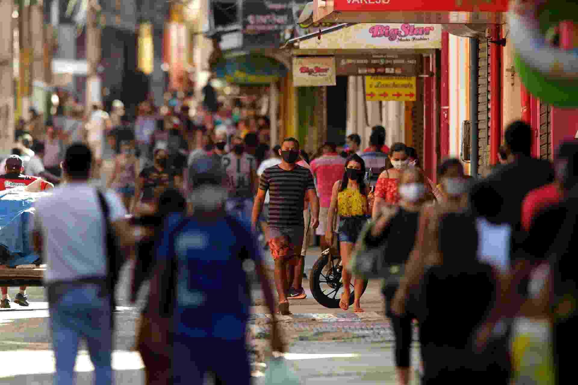 Em alguns pontos do centro comercial de Belém, era difícil andar devido à quantidade de gente que procurou as lojas - RAIMUNDO PACCÓ/FRAMEPHOTO/FRAMEPHOTO/ESTADÃO CONTEÚDO