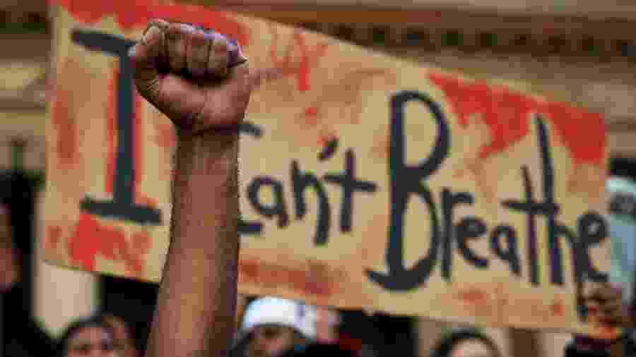"""Em protesto contra o racismo, cartaz repete última frase de George Floyd: """"Não consigo respirar"""" - Lisa Maree Williams/Getty Images"""