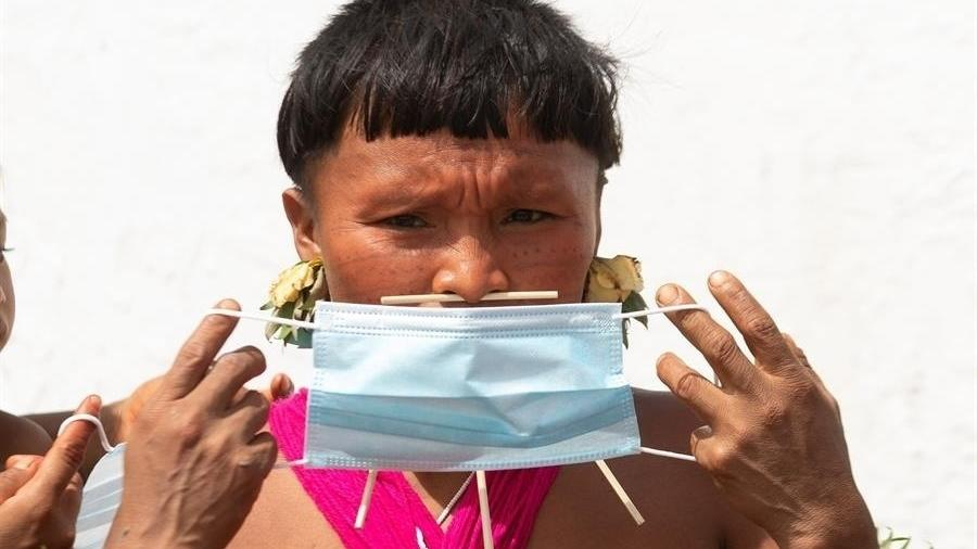 Imagem ilustrativa: indígena yanomami veste máscara de proteção em Alto Alegre (RR) - Joédson Alves/EDE