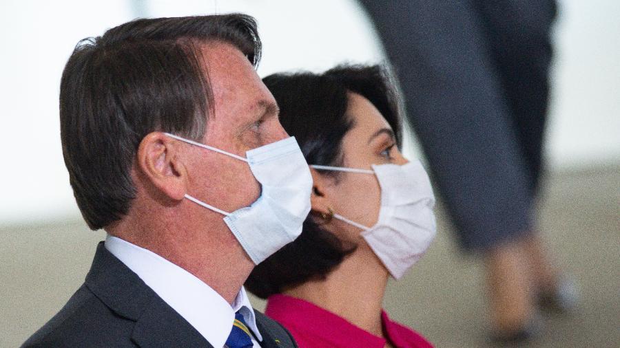 O presidente Jair Bolsonaro e a primeira-dama Michelle Bolsonaro posam com máscaras - Andressa Anholete/Getty Images