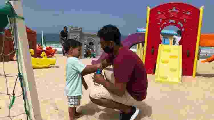 5.set.2020 - Engenheiro Romulo Ladeira, de 40 anos, leva filho de 2 anos para brincar em pracinha instalada nas areias da praia do Leblon, na zona sul do Rio - Herculano Barreto Filho/UOL - Herculano Barreto Filho/UOL