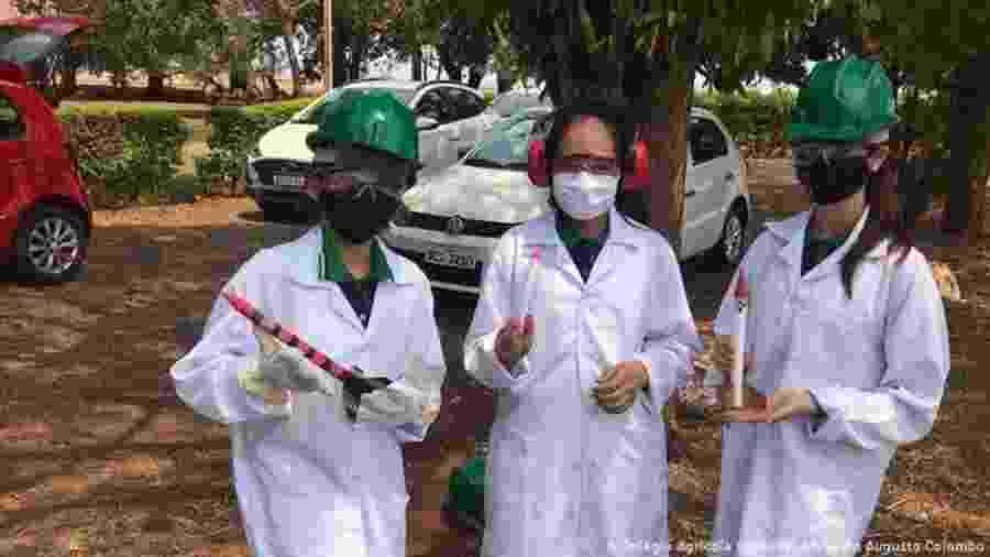 As alunas Kawany Caroline Duarte da Rocha, Estephany Cristine da Silva Alves, e Marina Grokorriski com protótipos dos minifoguetes - Divulgação