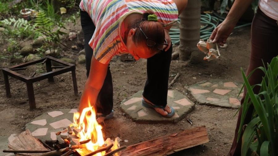 O uso da cozinha a lenha tem ficado cada vez mais comum na Venezuela - BBC