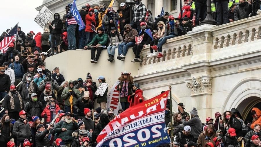 """Uma multidão de apoiadores de Trump sobem no Capitólio no início deste mês após a manifestação """"Pare o Roubo"""". - Reuters"""