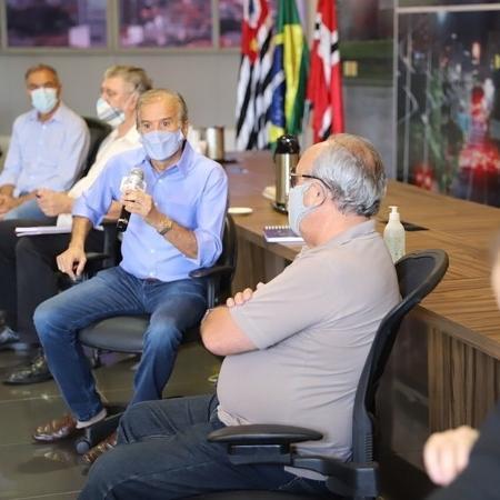 O prefeito Edinho Araújo (com o microfone) na reunião que definiu o lockdown em São José do Rio Preto - Divulgação/Prefeitura de Rio Preto
