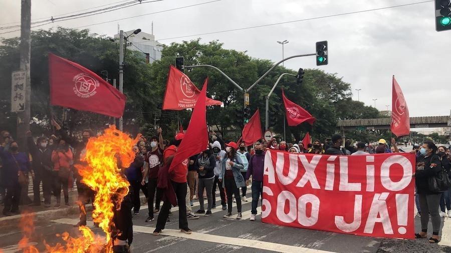 MTST queima boneco representando Jair Bolsonaro em protesto por auxílio emergencial de R$ 600 - Comunicação/MTST