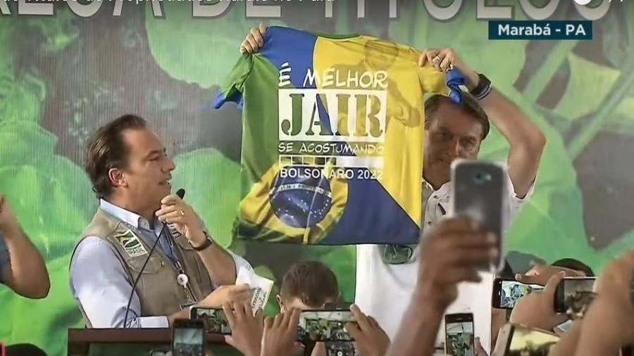"""O presidente Jair Bolsonaro exibiu a camiseta com frase """"Bolsonaro 2022"""" durante evento no Pará - Reprodução / YouTube"""