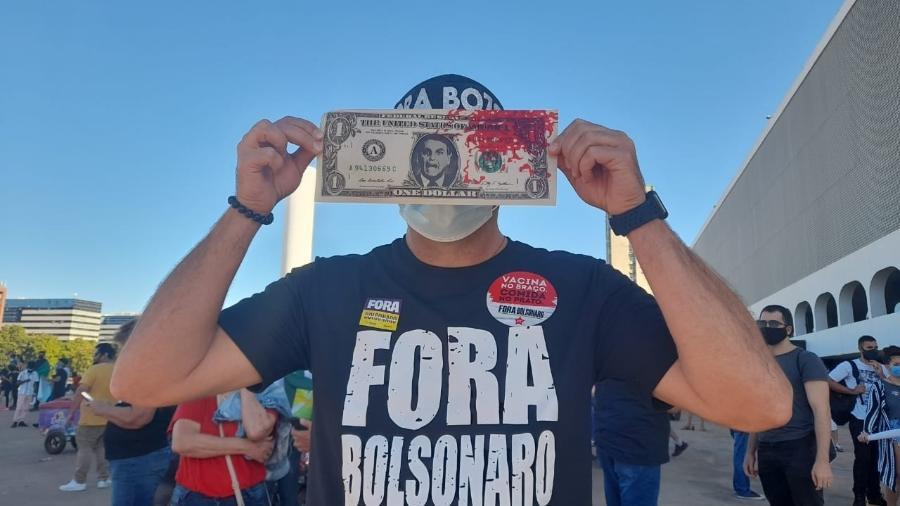3.jul.2021 - Manifestantes participam de atos contra o governo de Jair Bolsonaro em Brasília - Hanrrikson de Andrade/UOL