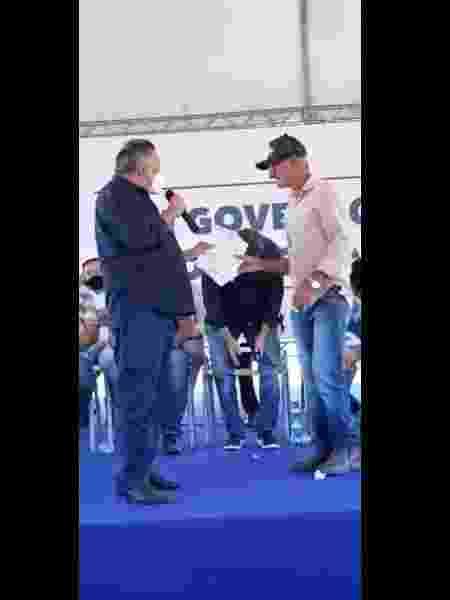 Vídeo mostra prefeito de São Félix do Xingu (PA), João Cleber (MDB), à esquerda, entregando uma autorização da Funai a representante de ocupantes não indígenas da Terra Indígena Apyterewa, no Pará - Reprodução - Reprodução