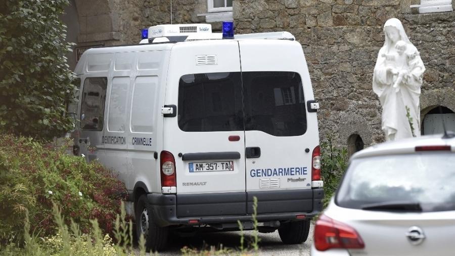 Veículo de socorro estacionado em igreja onde um padre católico foi assassinado em Saint-Laurent-sur-Sevres, na França - Sebastien Salom-Gomis/AFP