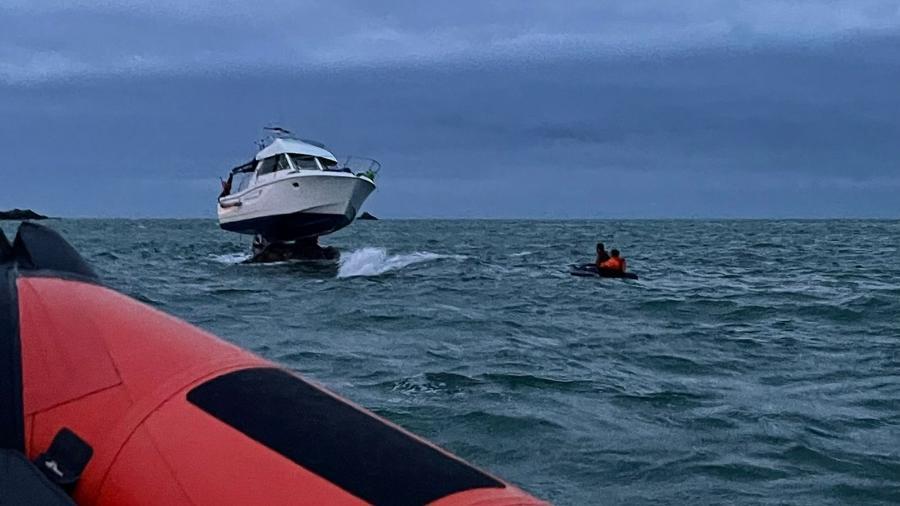 Barco ficou suspenso, em uma imagem inusitada - Reprodução/Facebook RNLI Jersey