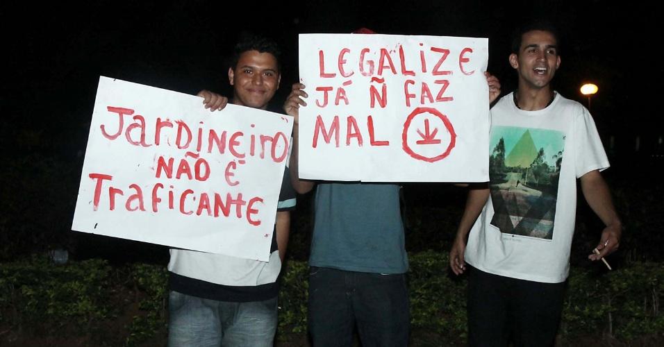 24.mai.2013 - Homens exibem cartaz a favor da legalização da maconha durante marcha realizada na praça Universitária, em Goiânia (GO)