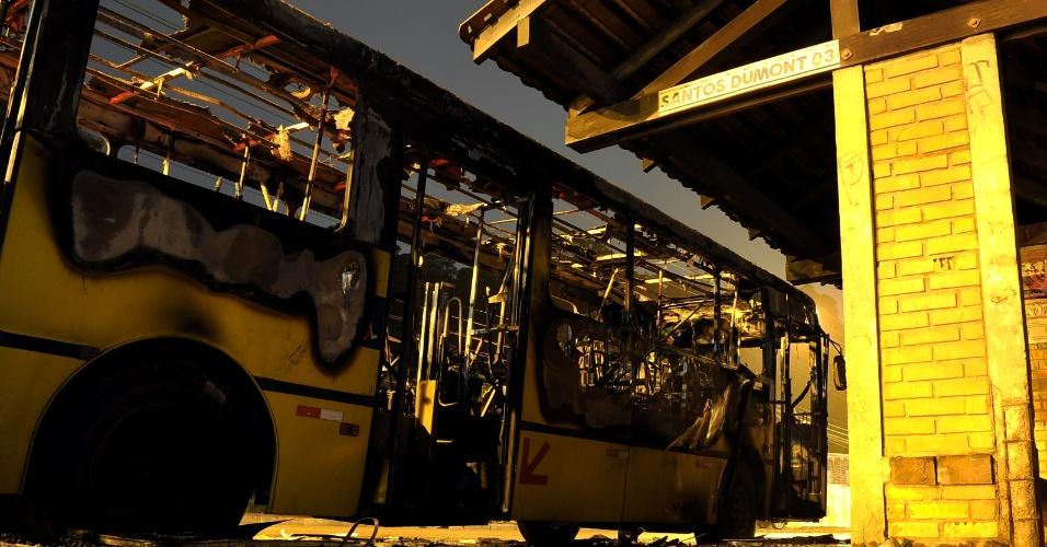 24.mai.2013 - Ônibus da empresa Transtusa foi incendiado na avenida Santos Dumont, no bairro Bom Retiro, em Joinville (SP). De acordo com a polícia, três homens entraram no ônibus, mandaram que os passageiros e o motorista saíssem do veículo e, em seguida, atearam fogo