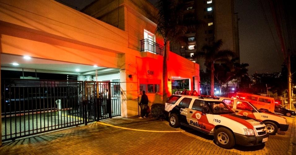 24.mai.2013 - Polícia foi até o condomínio Bosques de Tamboré, na rua Marco Penteado Ulhoa Rodrigues, em Alphaville, em Santana do Parnaíba (SP), onde uma briga de vizinhos terminou em tragédia. De acordo com a polícia, por conta de uma briga causada por reclamações de barulho, um homem foi até o andar de cima e baleou um casal, que morreu na hora. Em seguida, o homem se matou no elevador do prédio com um tiro na cabeça