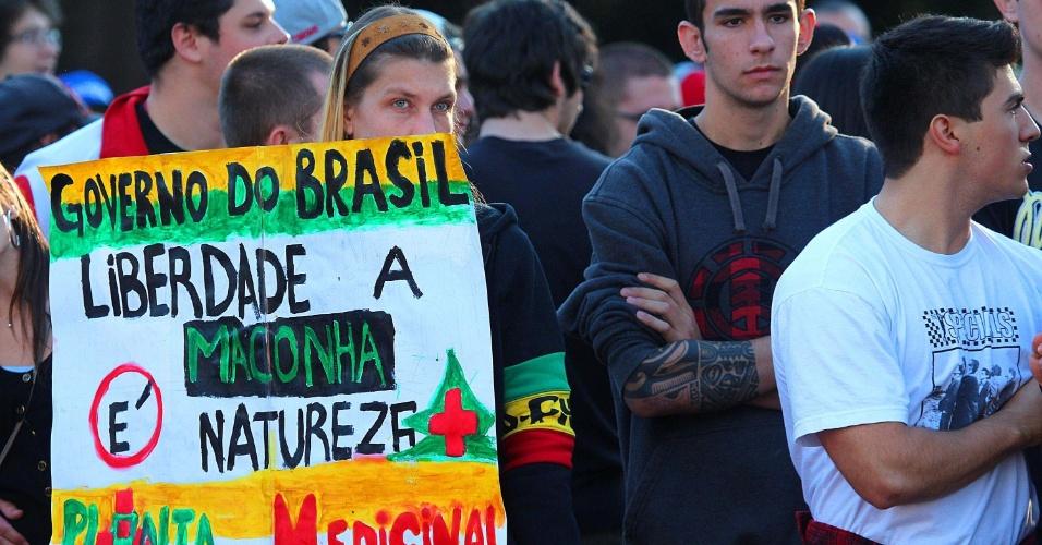 25.mai.2013 - Manifestante segura cartaz durante Marcha da Maconha realizada neste sábado (25), no parque Farroupilha, em Porto Alegre. O ato pede a legalização do consumo da maconha no Brasil