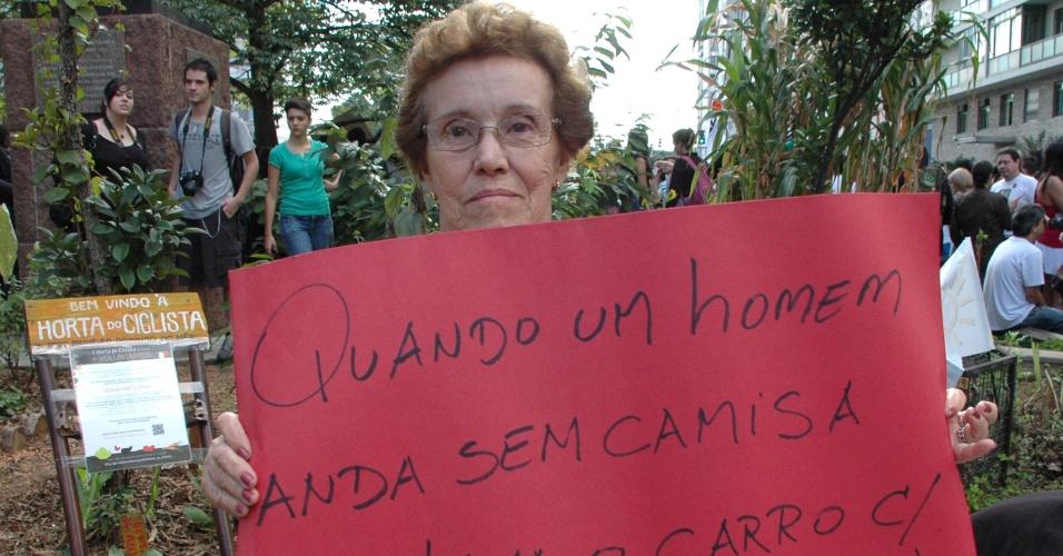 25.mai.2013 - Manifestante segura cartaz durante Marcha das Vadias realizada na região central de São Paulo, neste sábado (25)