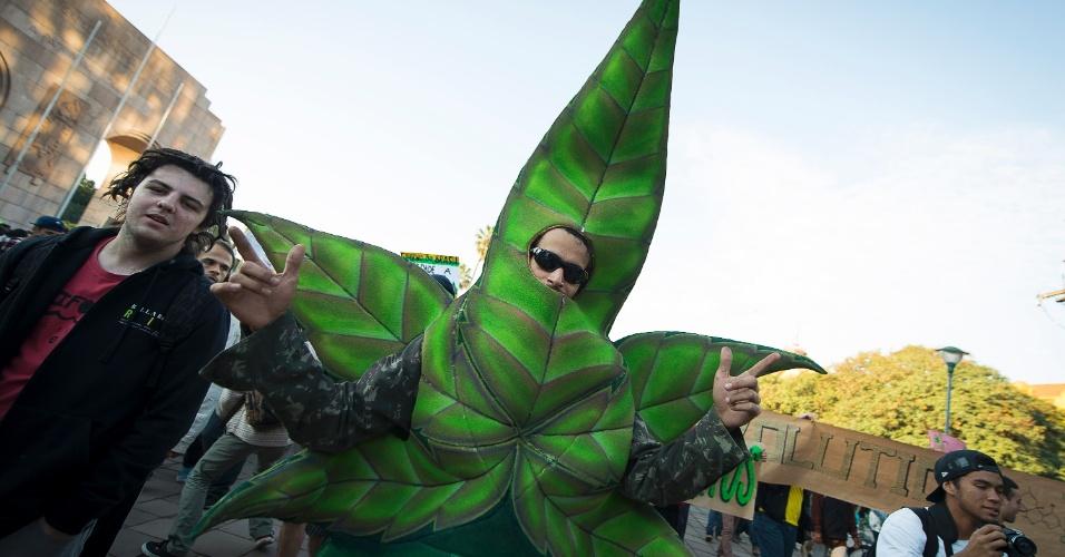25.mai.2013 - Manifestante veste fantasia de folha da maconha, durante Marcha da Maconha realizada neste sábado (25), no parque Farroupilha, em Porto Alegre. O ato pede a legalização do uso da maconha no Brasil