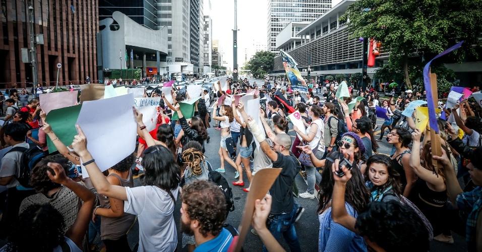 25.mai.2013 - Manifestantes participam da 3ª Marcha das Vadias, que acontece na avenida Paulista, região central da cidade de São Paulo. O tema desta edição é