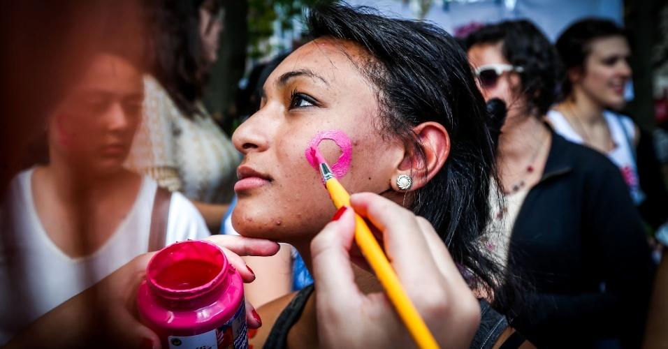 """25.mai.2013 - Manifestantes participam da 3ª Marcha das Vadias, que acontece na avenida Paulista, região central da cidade de São Paulo. O tema desta edição é """"Quebre o Silêncio"""". O movimento pretende incentivar que as mulheres que sofrem violência sexual denunciem seus agressores"""