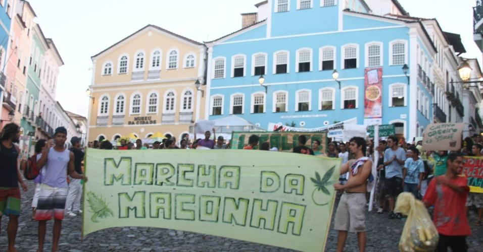 25.mai.2013 - Manifestantes participam de Marcha da Maconha, neste sábado (25), no centro de Salvador. O ato pede a legalização do uso da maconha no Brasil