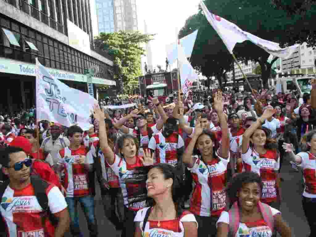 """25.mai.2013 - Participantes da Marcha para Jesus caminham pelas ruas do centro do Rio de Janeiro, neste sábado (25). Realizada por diversas igrejas evangélicas, o evento tem este ano o tema """"Jesus, uma vida de atitude"""". Os organizadores da marcha esperavam reunir 300 mil fieis - Zulmair Rocha/UOL"""