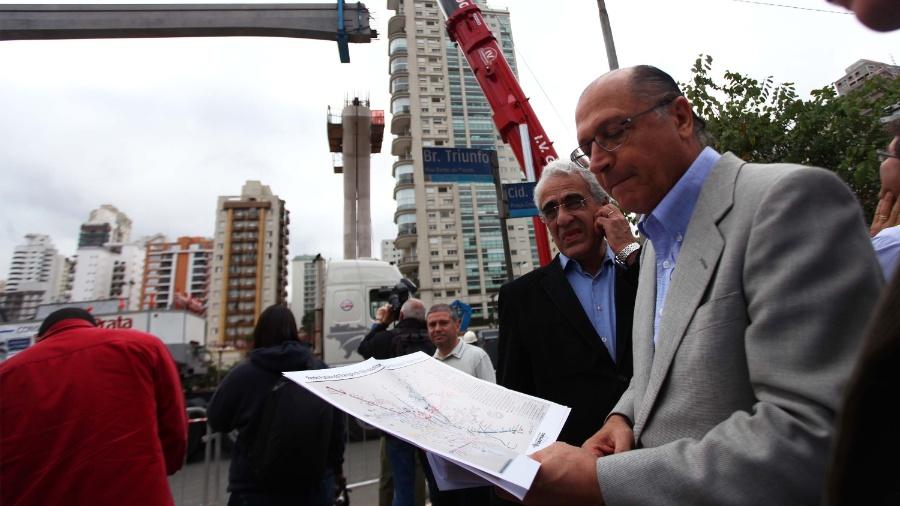 Geraldo Alckmin participou da instalação da primeira viga guia do monotrilho Linha 17 Ouro do Metrô, em maio de 2013 - Renato S. Cerqueira/Futura Press/Folhapress