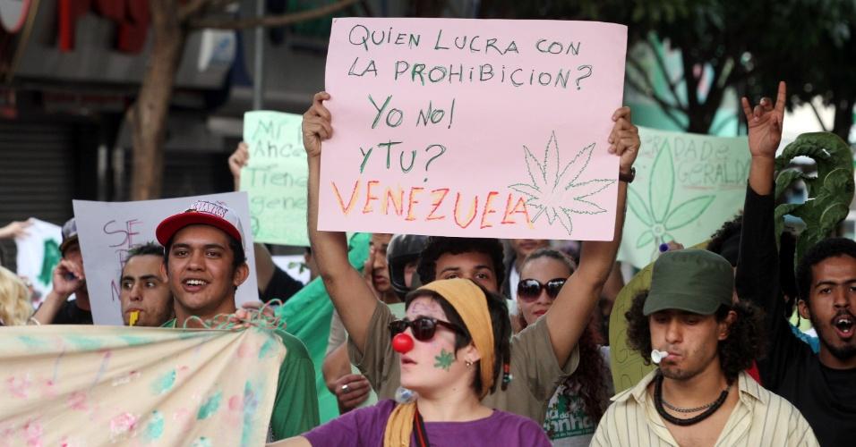 26.mai.2013 - Manifestantes participam de Marcha da Maconha realizada neste domingo (26), em Foz do Iguaçu (PR). O ato pede a legalização do uso da maconha no país