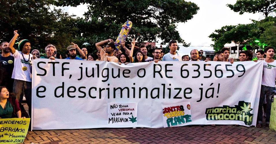 26.mai.2013 - Manifestantes participam de Marcha da Maconha realizada neste domingo (26), em São Gonçalo (RJ). O ato pede que o STF (Supremo Tribunal Federal) julgue se é constitucional considerar crime o porte de drogas para uso próprio. O caso será analisado no tribunal no julgamento do Recurso Extraordinário 635659