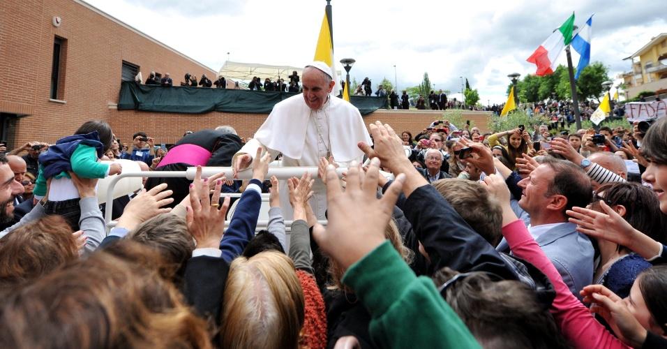 Papa Francisco visita subúrbio de Roma (Itália), no bairro popular de Prima Porta. O papa celebrou uma missa ao ar livre em frente à igreja dos Santos Isabel e Zacarias