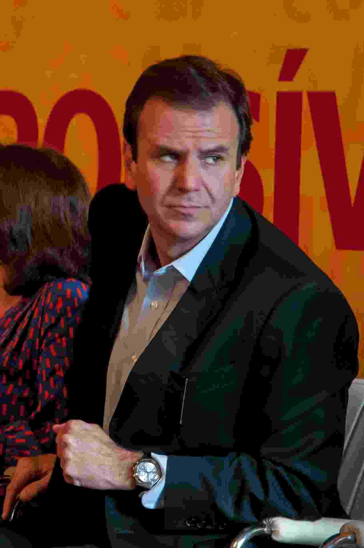 """26.mai.2013 - O prefeito do Rio de Janeiro, Eduardo Paes, foi acusado de agredir o músico e escritor Bernardo Botkay em um restaurante no Jardim Botânico, zona sul da capital fluminense, na noite de sábado (26). Paes estava jantando com a mulher e um grupo de amigos quando o escritor e a esposa o xingaram. Em nota, Paes confirmou ter se envolvido em um """"desentendimento físico"""", disse ter sido xingado de ?bosta e vagabundo? e pediu desculpas à população pela maneira como agiu - Erbs Jr./Frame/Estadão Conteúdo"""